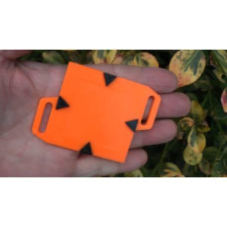 Podkladní destička pro umístění štítku 4x4 cm.